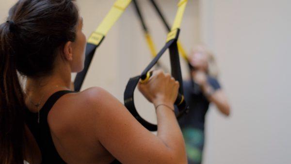 TRX Suspension Trainer est un entrainement fonctionnel autour des sangles de suspension TRX et du poids de corps.